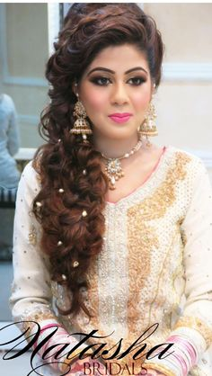 Awesome Indian Bridal Hairstyle for round face photos - Frisuren Ideen 2019 - Perfect Hair Ideas Front Hair Styles, Medium Hair Styles, Curly Hair Styles, Indian Party Hairstyles, Bride Hairstyles, Bridal Makeup Looks, Indian Bridal Makeup, Wedding Makeup, Engagement Hairstyles