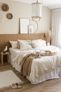 Create a cozy bedroom that is calm and earthy with striped in natural linen sheets and natural decor details. Styling and photography by IG: @juudithhome, featuring striped in natural linen bedding by MagicLinen. Brown Bedroom Decor, Earthy Bedroom, Room Ideas Bedroom, Aesthetic Bedroom, Home Decor Bedroom, Living Room Decor, White And Brown Bedroom, Natural Bedroom, Light Bedroom