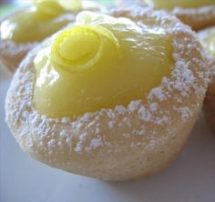 Lemon Cookie Tarts -These tarts are so easy to make and taste like a soft sugar cookies. Filled the tarts with a cream cheese and sugar and vanilla mixture and topped with sliced strawberry. Lemon Desserts, Lemon Recipes, Tart Recipes, Just Desserts, Sweet Recipes, Cookie Recipes, Dessert Recipes, Recipes Dinner, Healthy Recipes