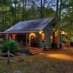 Log Cabin Living, Small Log Cabin, Little Cabin, Tiny House Cabin, Log Cabin Homes, Log Cabins, Cabins In The Woods, House In The Woods, Cottage Design