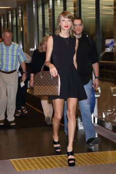 Taylor and her parents arriving in Japan for the first show of the 1989 World Tour! 5.3.15