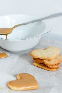 Karamel sandwich cookies Sandwich Cookies, Piece Of Cakes, Nutella, Hamburger, Caramel, Pancakes, Sandwiches, Bread, Kos