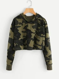 Shop Camo Print Crop Hoodie at ROMWE, discover more fashion styles online. Teen Crop Tops, Cute Crop Tops, Cropped Tops, Crop Top Hoodie, Cropped Hoodie, Hoodie Outfit, Hoodie Sweatshirts, Fashion Sweatshirts, Sweat Shirt