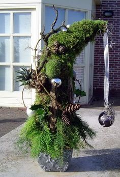27 Simple and Easy Christmas Outdoor Decorations Sumcoco Christmas Planters, Christmas Arrangements, Christmas Porch, Noel Christmas, Outdoor Christmas Decorations, Country Christmas, Xmas Tree, Simple Christmas, Flower Arrangements