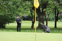 Max jogando golfe para a caridade em Manchester, na Inglaterra.