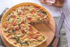 La torta salata di zucchine è un piatto unico ricco e saporito perfetto da portare ad un pic nic o per arricchire un buffet primaverile