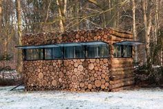 Es sieht aus wie ein normaler Stapel Feuerholz. Doch wenn man näher tritt… Oha!