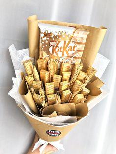 Candy Birthday Cakes, Cute Birthday Gift, Birthday Gift Baskets, Friend Birthday Gifts, Candy Bouquet Diy, Food Bouquet, Gift Bouquet, Boquet, Candy Gift Baskets