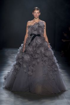 Here, see every look from the New York Fashion Week Marchesa Fall 2017 runway show. Style Couture, Couture Fashion, Runway Fashion, Fashion Show, Fashion Fashion, Fashion Design, Beautiful Gowns, Beautiful Outfits, Stunning Dresses