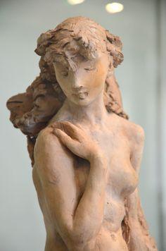 La jeune fille à la gerbe (1887) par Camille CLAUDEL (1864-1943) - Statuette en terre cuite. Musée Rodin à Paris. Photo Hervé Leyrit.