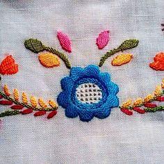 Ma Broderie está em Portugal, terra de lindos bordados.Hoje comprei um exemplar do genuíno e tradicional Bordado de Viana. É um bordado que data do tempo em que as camponesas tinham por hábito enfeitar as suas roupas com motivos de inspiração campestre e romântica...flores, folhas, corações. #broderie #lisboa#igerslisboa #portugal#igersportugal#feitoamao #handmade #handembroidery #mabroderie #purolinho#bordadodeviana#bordadoportugues