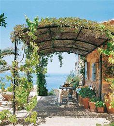 terrasse ideen gestalten metall pergola pflanzen begrünt ...