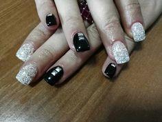 Nail art nera con borchie argento e glitter bianchi