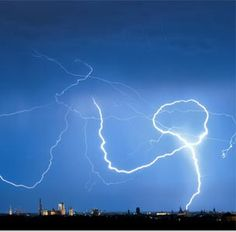 Image: Lightning strikes a building in Munich (© Peter Kneffel/AFP Photo/Getty Images)