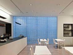 Pareti divisorie in vetro creano separazione e simmetria in spazi.