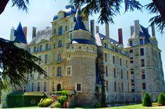 Najwyższy zamek nad Loarą. Ciekawy zamek z ogromnym parkiem i wspaniale zaopatrzoną winiarnią.