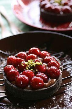 Chocolate tart with fresh cherries - taartjes - kersen