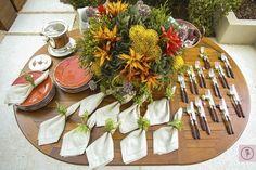 Mesa no jardim com acessórios e itens para servir uma feijoada de almoço entre amigos.