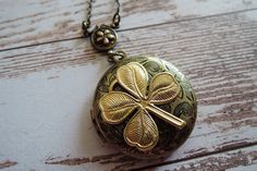 Lockets – Antique brass clover photo locket necklace – a unique product by MadamebutterflyMeagan on DaWanda