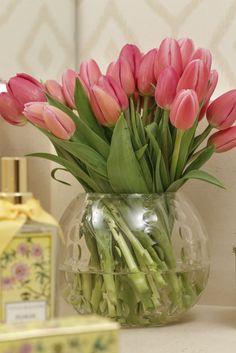 Para florir o ambiente, flores sem aroma, como as tulipas, acomodadas nos charmosos bowls de cristal, ficam lindas.