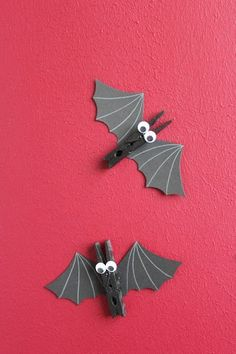 This wooden spoon bat craft for Halloween is so much fun! It's quick and simple, and super fun to make with the kids! You could even hang the bats on the wall as a Halloween decoration! Halloween Sale, Outdoor Halloween, Halloween Party, Happy Halloween, Hallowen Ideas, Halloween Decorations, Halloween Girlande, Ghost Crafts, Bat Craft
