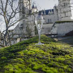Une région, une ville, un fleuve, des fines bulles, une tradition. Le Château de Saumur veille sur la ville et la Loire.