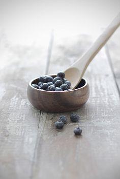 Food photgraphy: blueberries & wood  | summer fruit: blueberry . Sommer-Frucht: Blaubeere . fruit d'été: myrtllle | Photo: Megan Watson @ flickr |