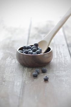 Food photgraphy: blueberries & wood  | summer fruit: blueberry . Sommer-Frucht: Blaubeere . fruit d'été: myrtllle | Photo: Megan Watson @ flickr |