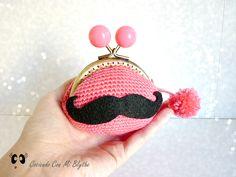 Patrón monedero de crochet con bigote