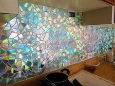 DIY Stove/Oven Backsplash Wall using Broken CD Pieces!..WOW! That Looks AMAZING!  Декор стены компакт-дисками.