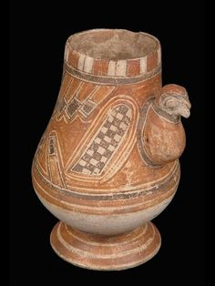 Musée Quai Branly, Paris  Vase à décor zoomorphe Céramique type Papagayo polychrome. Vase piriforme à pied annulaire, avec tête d'oiseau en relief et motifs peints.