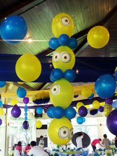 Columnas de globos personalizadas con gafas de Minions. #FiestaMinions