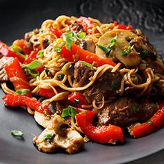 Makaron chow mein z wołowiną i warzywami Szybkie danie typu stir-fry Beef Chow Mein, Cooking Time, Cooking Recipes, Mince Recipes, Best Cookbooks, Little Kitchen, Chow Chow, Lunches And Dinners, Wok