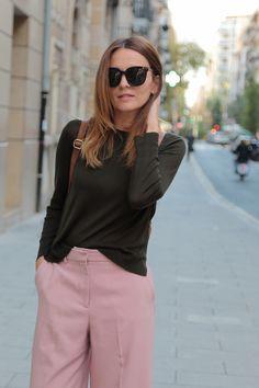 look pantalón rosa culotte y jersey verde