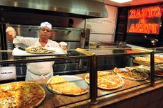 Estados Unidos es uno de los países que más #pizza consume por día, y como no podía ser, en #Manhattan no puede faltar una pizzería.