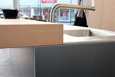 bulthaup-Musterküche Insel freistehend mit Barplatte: Ausstellungsküche in Innsbruck von mg interior