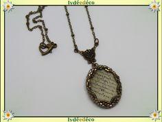 Collier cabochon perles Ecritures beige sepia retro resine et laiton bronze 25mm : Collier par lydeedeco