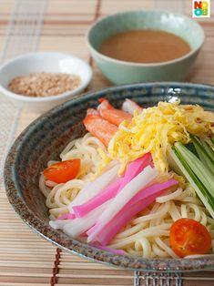 Hiyashi Chuka - Ensalada con fideos fríos  - Ingredientes: 4 porciones de fideos de huevo o fideos chinos chuka 120g de jamón cocido 1 pepino 2 huevos 1 cucharadita de azúcar 12 gambas cocidas Beni shoga (jengibre rojo) Para el aliño: 1/3 de taza de agua 3 cucharadas de vinagre de arroz 2 cucharadas de salsa de soja 3 cucharadas de azúcar 1 cucharadita de aceite de sésamo una pizca de mostaza  - Elaboración: 1. Bate los huevos ligeramente en un tazón y añade la cucharadita de azúcar…