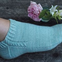 Ravelry: Footies med fläta pattern by Maja Karlsson Diy Knitting Socks, Knitted Socks Free Pattern, Crochet Socks, Knitted Slippers, Slipper Socks, Knitting Patterns Free, Baby Knitting, Knit Socks, Knitting Tutorials