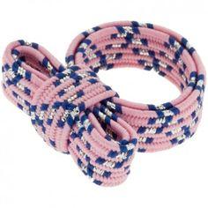 """Der Ring """"Twisty"""" mit rosa, blau gemusterter Schleife vom Label Erste Sahne sieht nicht nur aus wie ein kleines Geschenk an deinem Finger, er eignet sich auch perfekt als kleines Geschenk."""