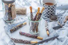 Des bâtonnets sablés recouverts de chocolat et décorés pour Noël