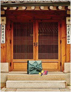[혼수 & 예단] ① 선물,예물,예단의 모든 것 Chinese Buildings, Asian Design, Korean Art, Korean Traditional, Gates, Balcony, Beautiful Pictures, Windows, Culture