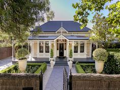 08 fresh and beautiful front yard landscaping ideas - Wholehomekover Cottage Homes, Cottage Style, Villas, Weatherboard House, Queenslander, Front Yard Landscaping, Landscaping Ideas, Patio Ideas, Porche