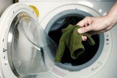 Met wat babyshampoo, een handstomer, karton en paperclips kan je je favoriete trui misschien nog reanimeren.