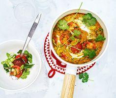 Om du älskar indisk mat kommer denna dhal med koriander och tomat bli en favorit. Kryddor som chili, curry, kardemumma och kanel fräses försiktigt ihop med vitlöken och sätter grunden för denna färgstarka rätt. I Indien är måltiderna en gudomlig konst, så samla vänner eller familj och njut av en smakresa.