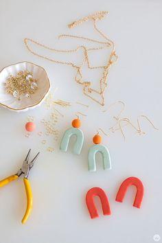 Crayola Model Magic Jewelry DIY | thinkmakeshareblog.com Diy Clay Earrings, Diy Jewelry Necklace, Jewelry Holder, Emoji Jewelry, Earrings Uk, Jewelry Dish, Collar Necklace, Wire Jewelry, Gemstone Jewelry