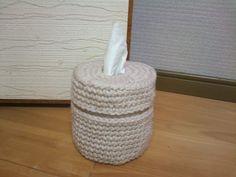 「ロールペーパーカバー」極太毛糸でこま編みのみ。シンプル、スピーディーに仕上がるトイレットペーパーカバーです。[材料]極太毛糸/30センチファスナー