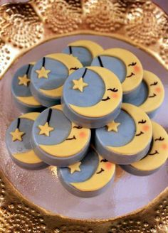 Moon and star Chocolate Covered Treats, Chocolate Dipped Oreos, Chocolate Covered Strawberries, Chocolate Art, Baby Cookies, Fun Cookies, Oreo Cookies, Fancy Biscuit, Party Desserts