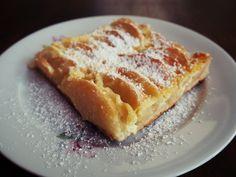 Auf der Suche nach einem neuen Apfelkuchenrezept? Dann seid ihr hier richtig. Der Apfelkuchen mit Sahnefüllung ist die perfekte Köstlichkeit im Herbst.