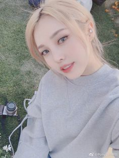 Korean makeup tips; Soak your nails in a cupful of lukewarm milk to hydrate them as well as prevent them from peeling. Mode Ulzzang, Ulzzang Korean Girl, Uzzlang Girl, Korean Beauty, Asian Beauty, Pony Makeup, Blonde Asian, Korean Makeup Tutorials, Pretty People